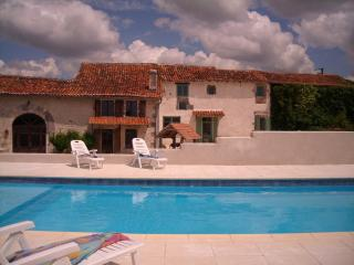 Comfortable 2 bedroom Gite in Montmoreau-Saint-Cybard with Internet Access - Montmoreau-Saint-Cybard vacation rentals