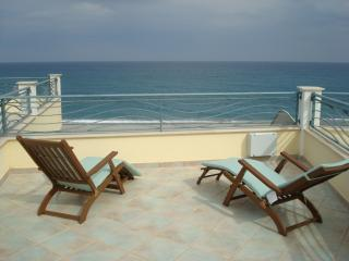 Beautiful 3 bedroom Townhouse in Brancaleone - Brancaleone vacation rentals