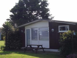 Cozy 2 bedroom Barton-on-Sea Chalet with Tennis Court - Barton-on-Sea vacation rentals