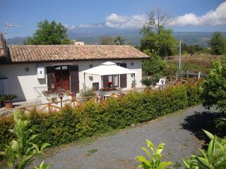 'La Casa Delle Rose' Immersa nel verde - Riposto vacation rentals