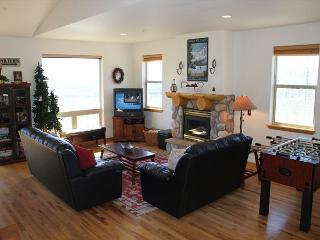 PV105D Desirable Townhouse w/Fireplace, King Bed, Clubhouse, Garage, Wifi - Silverthorne vacation rentals