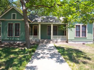 Spacious Historic Hyde Park Bungalow (780 sq ft) - Austin vacation rentals