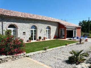 Adorable 4 bedroom Prayssas Gite with Internet Access - Prayssas vacation rentals
