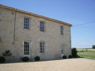 Traditional Charentaise Farmhouse nr La Rochelle, beaches 20 mins. - La Rochelle vacation rentals