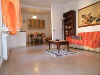 Bright 2 bedroom Riva Trigoso Apartment with Balcony - Riva Trigoso vacation rentals