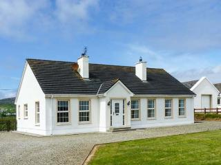 THE GREEN, detached, single-storey cottage, en-suites, open fire, near Ballyliffin, Ref 906455 - Ballyliffin vacation rentals