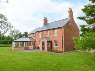 HALL COTTAGE, wheelchair friendly lift to first floor, WiFi, patio with furniture, Wragby, Ref 914124 - Wragby vacation rentals