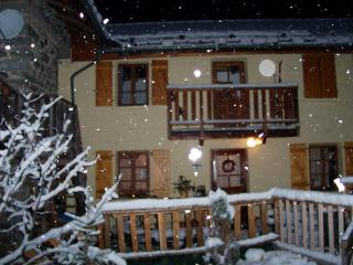 Chalet Hirondelle sleeps 7 free wifi smart tv - Nancroix vacation rentals