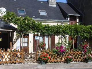 Lovely 2 bedroom Gite in Noyant with Internet Access - Noyant vacation rentals