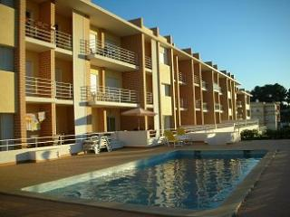 Bright apartment on the Algarve with 2 bedrooms, large sun terrace and pool access – sleeps 6 - Odiaxere vacation rentals