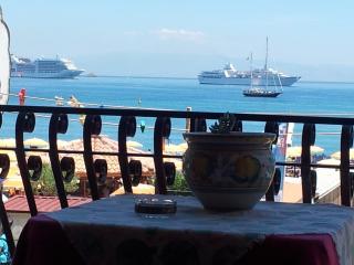 "APPARTAMENTO ""MEGAS""  FRONTE MARE - Giardini Naxos vacation rentals"