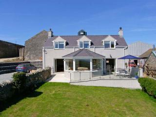 TY TOP, enclosed garden, eco-friendly, WiFi, en-suite bathroom, Ref 912303 - Llanfaethlu vacation rentals
