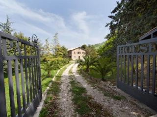 Cozy 2 bedroom Grottammare Farmhouse Barn with Internet Access - Grottammare vacation rentals