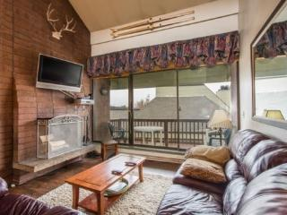 Silvertown 417-1 is a spacious 3 bedroom condo featuring a master bedroom loft and a living room with a high vaulted ceiling. Wa - Park City vacation rentals