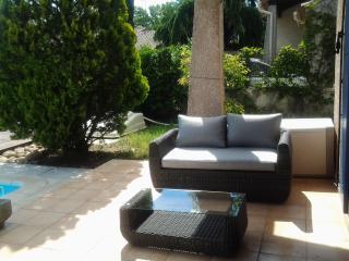 villa avec piscine  privative chauffée - Grans vacation rentals