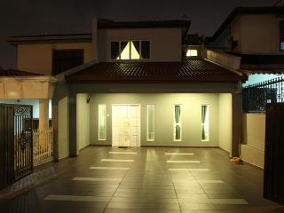 Comfortable 5 bedroom Kuala Lumpur House with Internet Access - Kuala Lumpur vacation rentals