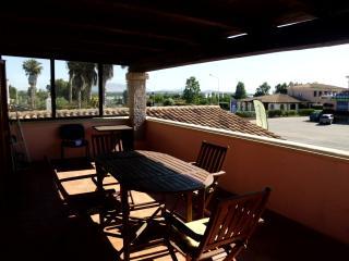 Trilocale con veranda vista mare - San Teodoro vacation rentals