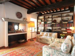 Casa su mura medievali in piccolo borgo toscano - Colle di Buggiano vacation rentals