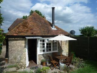 Perfect Cottage with Satellite Or Cable TV and Outdoor Dining Area in Kent - Kent vacation rentals