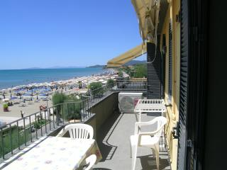 DIRECTLY on the central beach new comfortably aprt - Castiglione Della Pescaia vacation rentals