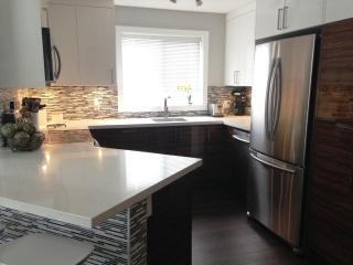 *NEW* NW Calgary Executive Modern Apartment - Calgary vacation rentals