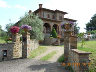 Holiday apartment on the ground floor of stunning stone built home in Arezzo, Tuscany, sleeps 4 - Arezzo vacation rentals