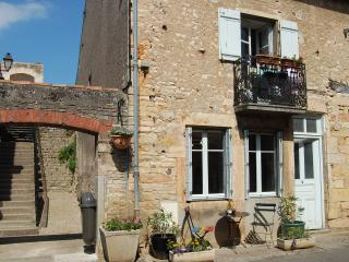 L'Escalier - a simple village house - Saint-Gengoux-le-National vacation rentals