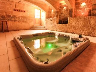 4 bedroom Farmhouse Barn with Internet Access in Munxar - Munxar vacation rentals