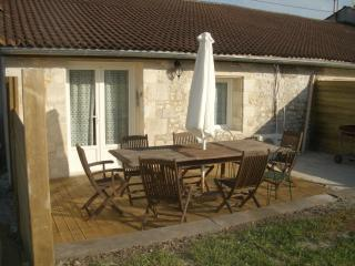 Comfortable 2 bedroom Gite in Jonzac with Internet Access - Jonzac vacation rentals