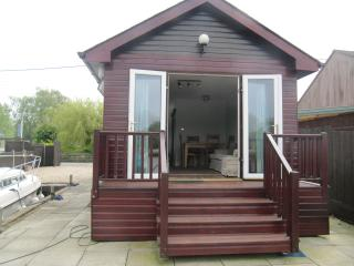 Rainbow's End Brundall Norfolk - Brundall vacation rentals
