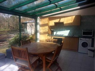 Cozy 2 bedroom Parempuyre Gite with Internet Access - Parempuyre vacation rentals