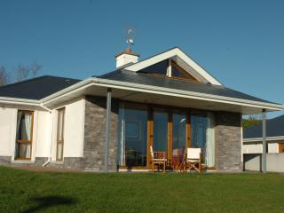 Lovely 3 bedroom Bungalow in Glassan - Glassan vacation rentals
