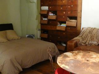 Charming Studio with Internet Access and Dishwasher - L'Isle-sur-la-Sorgue vacation rentals