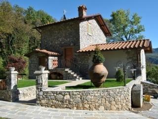 Beautiful 4 bedroom Borgo a Mozzano House with Internet Access - Borgo a Mozzano vacation rentals
