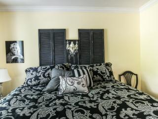 Marilyn Room - Charles Street Bed and Breakfast - Lethbridge vacation rentals