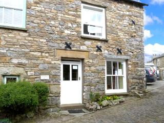 COBBLE COTTAGE, traditional and stone-built, central location, in Dent, Ref 12802 - Dent vacation rentals