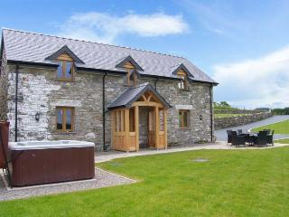 TYN Y CELYN, hot tub, WiFi, woodburner, wonderful views, en-suites throughout, near Ruthin, Ref. 904807 - Ruthin vacation rentals