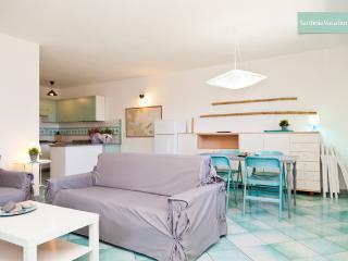 AFFASCINANTE TRILOCALE CON MERAVIGLIOSO GIARDINO - San Teodoro vacation rentals