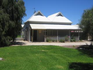 Comfortable 2 bedroom Vacation Rental in Naracoorte - Naracoorte vacation rentals