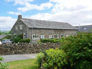 OWL BARN, en-suite facilities, fire, WiFi, patio with furniture, Ref 906015 - Kendal vacation rentals