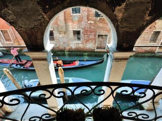 Big apt. S.Giacomo dell'Orio - City of Venice vacation rentals