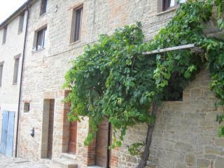 4 bedroom Farmhouse Barn with Central Heating in Penna San Giovanni - Penna San Giovanni vacation rentals