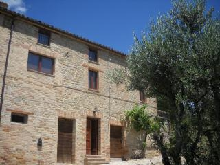 Bright 4 bedroom Farmhouse Barn in Penna San Giovanni - Penna San Giovanni vacation rentals