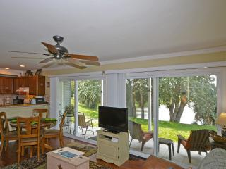 LAKEFRONT CONDO * BUDGET FRIENDLY * -FREE WIFI * FREE PARKING *BEACH CLOSE ** - Destin vacation rentals