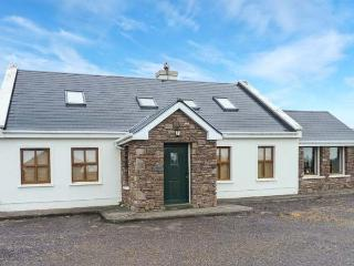 TUGH AN TOBAR, solid fuel stove, all en-suite bedrooms, beautiful views, delightful cottage near Dingle, Ref. 913435 - Dingle vacation rentals