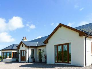 CHERRYMOUNT FARM, elevated position, ground floor, woodburner, parking, garden, in Youghal, Ref 914203 - Youghal vacation rentals