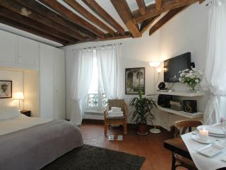 Conde Chic Studio V - Paris vacation rentals