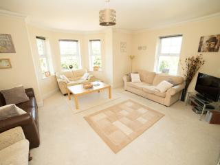 Bright 3 bedroom Bournemouth Condo with Garden - Bournemouth vacation rentals