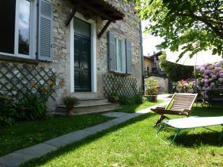 Casa Giardino in centro storico a 50 metri da lago - Gravedona vacation rentals