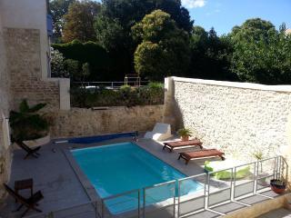 Mas de village avec piscine pour 12 personnes - Saint-Chaptes vacation rentals